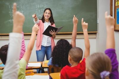 CÂMARA HOMENAGEIA PROFESSORES E APROVA BÔNUS LIVRO DE R$ 500 PARA SERVIDORES DA EDUCAÇÃO